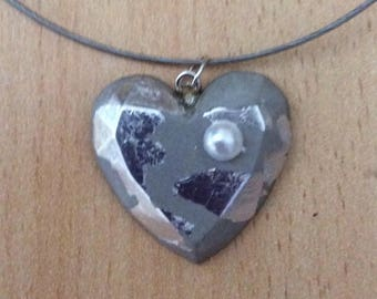 Pendant in concrete, heart, versieerd with silver leaf and a Pearl