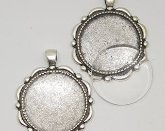 One Antique Silver Alloy Flower Pendant Blank Bezel Tray Setting // with Clear Round Glass Cabochon (30mm) // APB003