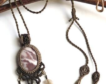 Macrame necklace Pink Jasper, cruelty free duck feathers - Colleir macrame Jaspe rose, plumes de canard sans cruauté