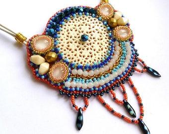 Collier ethnique corne et perles brodées blanc bleu et orange, bijou brodé de créateur