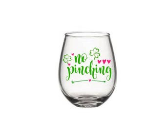 St Patricks Day Wine Glass, No Pinching Wine Glass, St Patricks Day Gift, St pattys Day Wine Glass, Holiday Wine Glasses, Irish Wine Glass