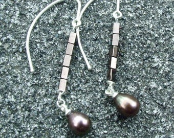 Earrings, silver with fresh water pearl of 9 x 7 mm and Hema-Pink beads