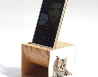 wooden speaker for iPhone - Risuona NANO Kitten. In omaggio base in legno per iPhone.