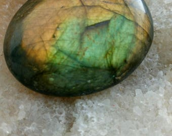 Green Labradorite and bronze gilt 59.69 Gr-oval stone
