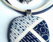 Pendentif carré bleu marine et blanc avec tour de cou en suédine gris et bleu marine. Fait main en France