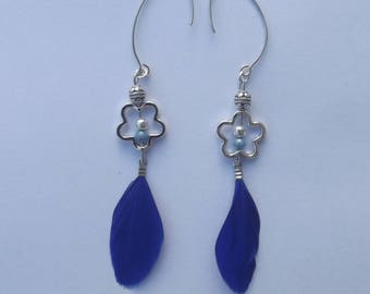 Earrings with large hooks sleepers in silvery metal, pearls, flowers and Royal Blue feather rings