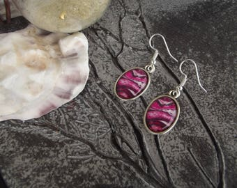 "Dangling earrings with silver hooks and large oval glass cabochon rose pattern ""paint stains"""