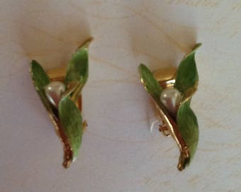 Vintage Signed HATTIE CARNEGIE Enamel and Pearl Green Clip Earrings