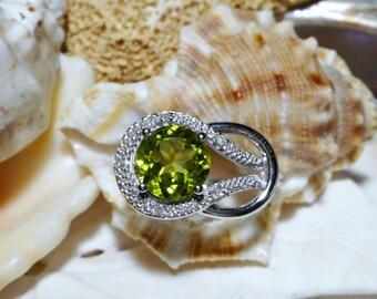 10k Peridot and Diamond Ring 10k White Gold 3.78 grams Size 7