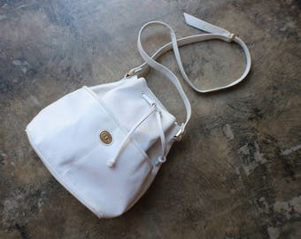 White Bucket Bag / Classic Faux Leather Handbag / Vintage Crossbody Purse