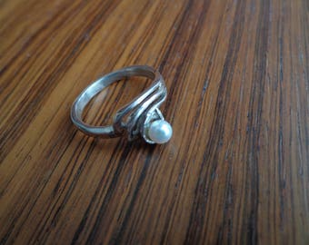 Silver (.925) ring with Pearl.