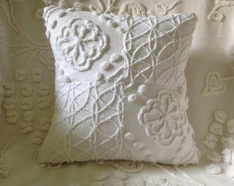 Pillow Cover Vintage Chenille Hofmann White Flower and Cabin Crafts Squiggle...12 x 12""