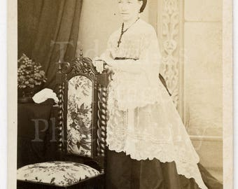CDV Carte de Visite Photo Victorian Young Standing Woman Pretty White Lace Dress Photographer Unknown