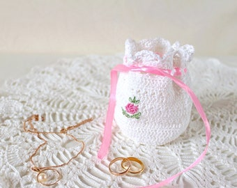 Petit sac blanc brodé Sac à bijoux Sac crochet Cadeau jeune mariée Déco coiffeuse Petit cadeau pour femme Cadeau été fiancailles cadeau