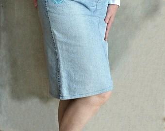 Jupe femme Jupe mi longue Jupe avec des poches Jupe bleue retro Jean recyclée Jupe crayon en jeans tissu 80 Décorée Motifs au crochet