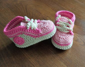 Crochet baby sneakers with gift box. Sporty booties. Crochet baby girl shoes.
