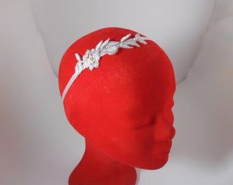 Accessoire coiffure mariage : Headband mariée blanc avec dentelle et perles nacrées / mariage