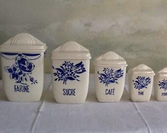 Ensemble de pots Français vintages en porcelaine blanche avec des fleurs bleues. 5 pots de Lunéville. Art déco qui. Bocaux en céramique.