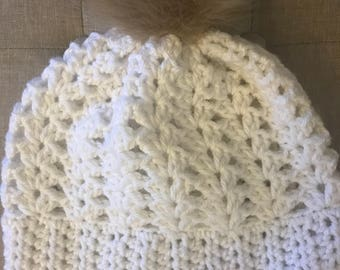 Womens Winter White Hat w/Pom Pom