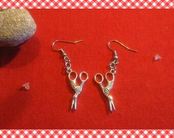 Une paire de boucles d'oreille pendantes magnifiques ciseaux/oiseaux argentés
