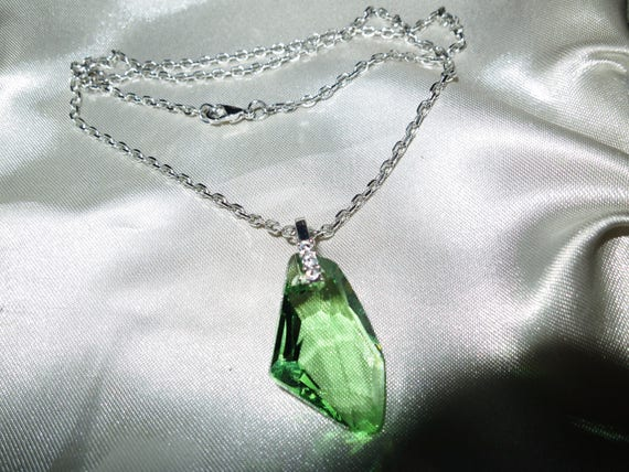 Beautiful vintage silvertone faceted green glass pendant necklace