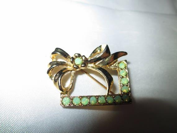 Lovely vintage goldtone green glass bow brooch