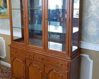 1990s Oak Drexel Heritage Carleton Collection Dining Room China Cabinet