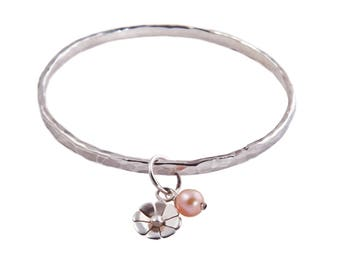 Wire bangle with daisy charm and pearl