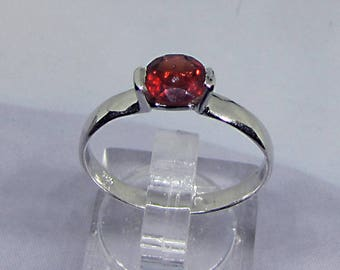 Ring in 925 sterling silver, with a 0.85 Carat Garnet, size 54