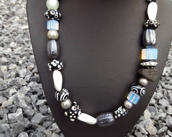Necklace mix in black and white