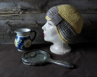 Retro Hat 3 colors, fashion 20's, made of wool, decorated with a pretty trim on the side.