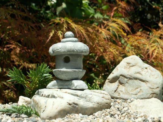 maison de poup e miniature japonais jardin lanterne japonaise. Black Bedroom Furniture Sets. Home Design Ideas