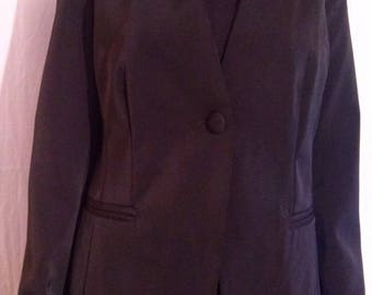 Color black collarless suit jacket