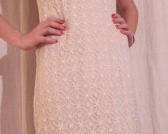 Short lace dress ecru flower pattern