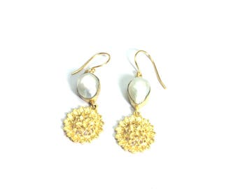 Pearl brass gold plated earring