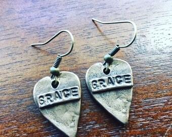 Nouveau! Rustique, boucles d'oreilles coeur artisan bronze.  Fils de bronze.  Estampillé avec grâce sur un côté. Cœur de l'autre.