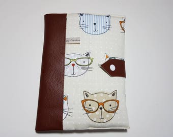 Protège carnet de santé, en simili cuir marron et tissu chat , 2 grands rabats, travail soigné