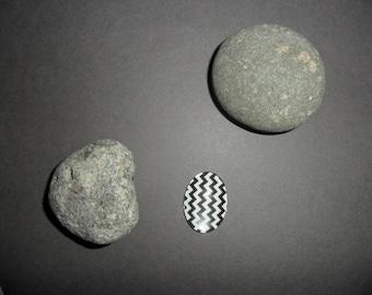 black and white zig - zag pattern glass cabochon, oval 18 x 25 mm