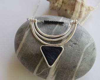 Necklace mid-length black triangle pattern