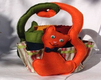 Pencil holder made of two cats in orange and green felt