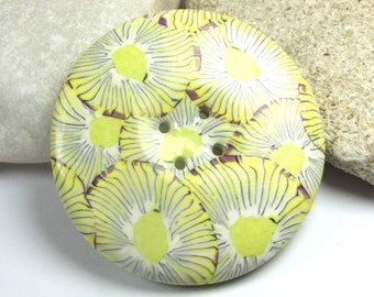 4.3 cm round sewing button: printed with yellow flowers.