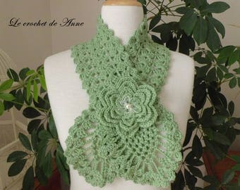 Scarf in green / lime, adorned with a flower brooch!