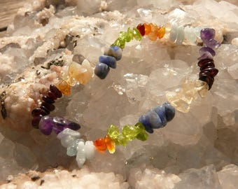 Bracelet chips with 7 colors of chakras on elastic thread