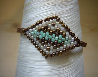 Bracelet cuir cuivrée, vert et blanc, tissage de perles de rocaille fait main. Motifs géométriques. Pièce unique. Made in France