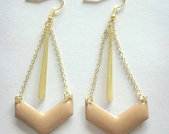 Dangling earrings with gold chain and a beige sequin