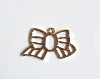 Gold tone knot pendant