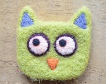 """Woolen brooch: """"curious OWL"""""""