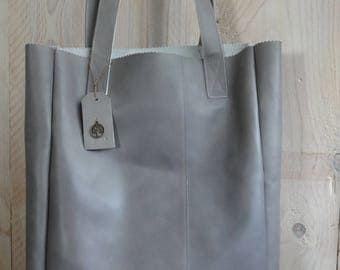 Light grey leather shoulder bag.