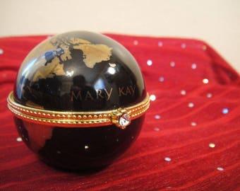 A1  A  Globe case with locking jewel clasp.