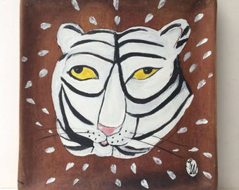 Painting on a reclaimed wooden plate of a white tiger